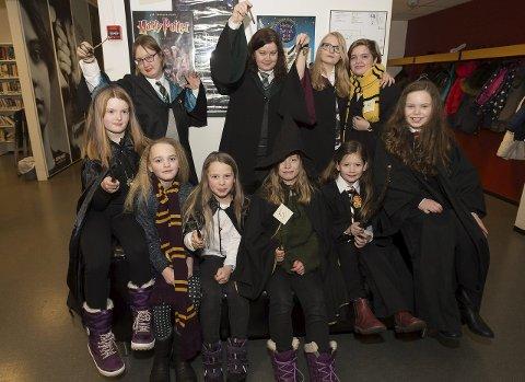 Blodfan: Denne gjengen satte sitt preg på Gjøvik bibliotek torsdag kveld da Harry Potter Book Night ble arrangert.