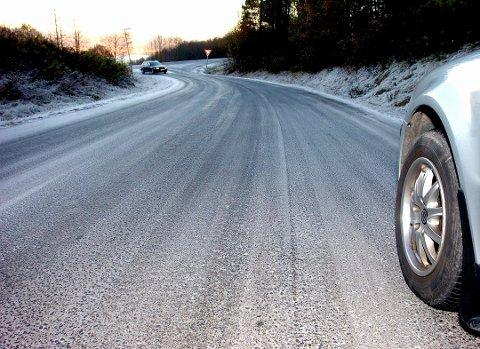 GLATTE VEGER: I morgen kan det bli skikkelig glatt. Kjør forsiktig!