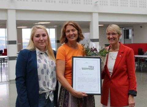 ANERKJENNELSE: Studentprest Anne Anker Bolstad (i midten) ble etter immatrikuleringsseremonien onsdag overrakt prisen av Julie Heiberg (t.v), nestleder i Studentparlamentet ved NTNU i Gjøvik, og Anne Borg, prorektor for utdanning ved NTNU.