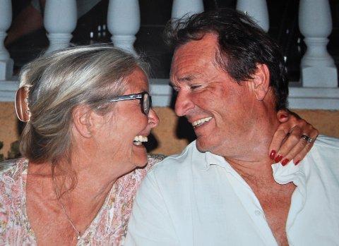 SKREMMENDE FORT: – Da det først begynte å gå nedover med Rolf, gikk det skremmende fort, sier Hanne Malm. Dette bildet av ekteparet ble tatt i Hellas, dagen før de feiret 70 års dagen hans.