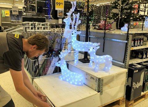 JUL I SEPTEMBER: – Dekorasjonsbelysning går det mye av, opplyser Håkon Urnes, butikkmedarbeider ved Rusta Gjøvik.