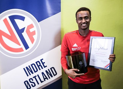 ÅRETS SPILLERFORBILDE: Mohamed Abdullahi var på Toten Treningssenter da repreentantene fra NFF Indre Østland troppet opp for å dele ut prisen.