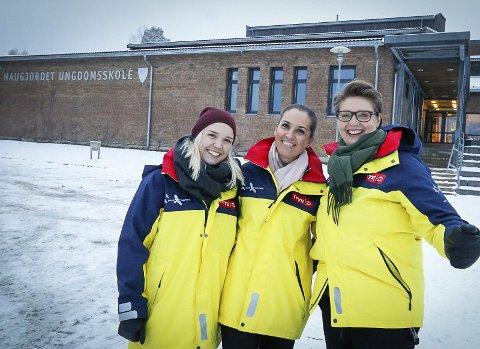 GODT HUMØR: Fra venstre SLT-koordinator Tuva Elise Engen, natteravnleder Cecilie Eriksen og ordfører Hanne Opdan, selv en trofast natteravn.