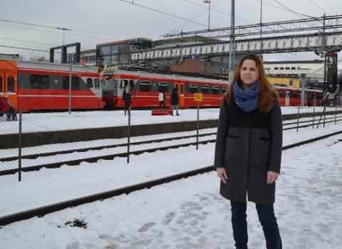 IKKE IMPONERT OVER NSB: Solveig Schytz leder hovedutvalg for samferdsel i Akershus. Hun er overrasket over at NSB nå sier at de har ledige tog som kunne kjørt på Østfoldbanen.