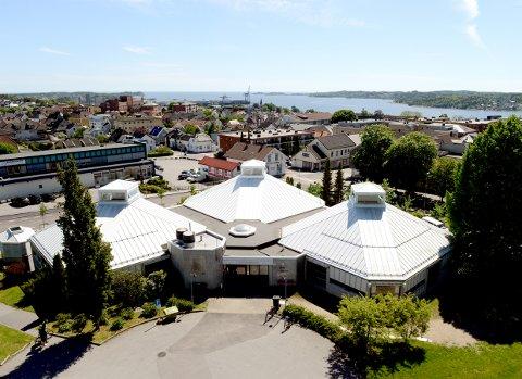 VIKTIG FOR SENTRUM: Larvik bibliotek ligger per i dag i Larvik sentrum, og bidrar dermed med en sterk faktor til at folk nettopp kommer til sentrum, skriver Phillip Thomassen.