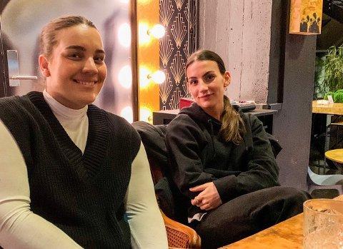 FORTJENTE HEDER: Vijoleta (t.v.) ble overrasket av storesøster Venera (22), som ville vise hvor stor pris hun setter på søsteren og hvor imponert hun er over hennes stå på-vilje.