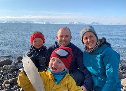 ARKTISK EVENTYR: Ingeborg Lovise Eide Hansen, Erik Bratli Hansen og barna Edwin og Aksel bor på Svalbard.