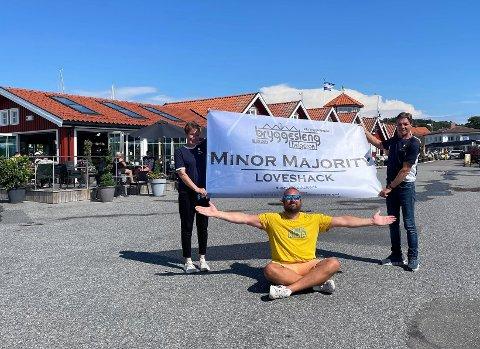 Arrangørene Tove Marthinsen og Roymond Bjerkholt fra Gamle Helgeroa Marina og Espen Sannes (foran) fra Next Event lader opp til en forhåpentligvis flott Bryggesleng på lørdag.