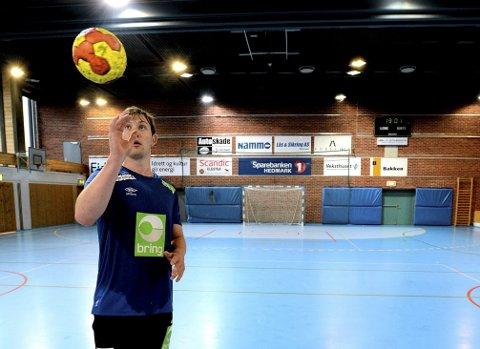 MED BLIKK FOR SPILLET: Sander Sagosen (21) omtales som verdens beste håndballspiller. Denne helgen er han i Elverum for å spille Gjensidige Cup. Og han er ikke redd for å dele av egen suksessoppskrift.  Foto: Anita Høiby Gotehus