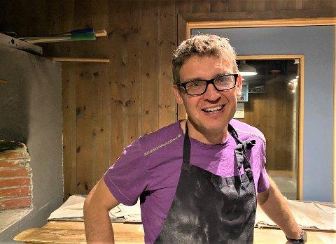 BAKEREN SELV: Med melstøv på brillene forklarer Kristian Stokke likhetene mellom interessen for fysikk og lidenskapen til brød.