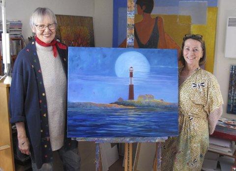 Lisbeth Glad (t.v.) har malt det Færder-relevante maleriet, som ennå manglet noen strøk da Øyene var på besøk. Her står kunstneren sammen med sin elev Inger Lise Knudsen.