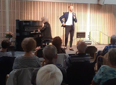 PÅ PLASS: Mange kom for å se Erik-André Hvidsten og Kari Stokke i kulturhuset, i regi av den Kulturelle spaserstokk.