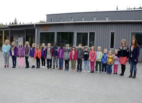 Åpnet i fjor: Med 19 elever åpnet Grønfjelldal Montessoriskole i fjor, som den første private skolen i Rana. Her står rektor Susanne Bjørkmo (t.h.) med alle elevene som startet opp i fjor. Foto: Arne Forbord