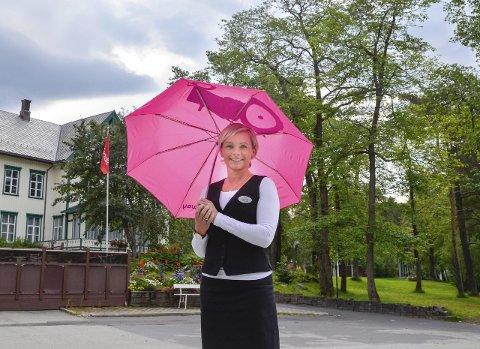 Sommer og Sol: Trude Borkvik hjelper ranværinger som er lei av sommerens lave temperaturer og regn, med å finne sommer og sol i resten av verden. Foto: Lisa Ditlefsen