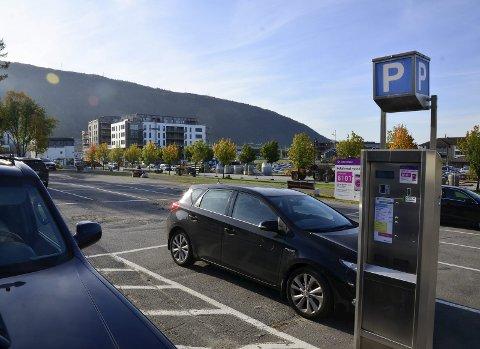 Parkering: Blir utbyggingsprosjektet realisert, kan det gi rundt 60 flere kommunale parkeringsplasser i Meierikvartalet enn i dag. Foto: Hugo Charles Hansen