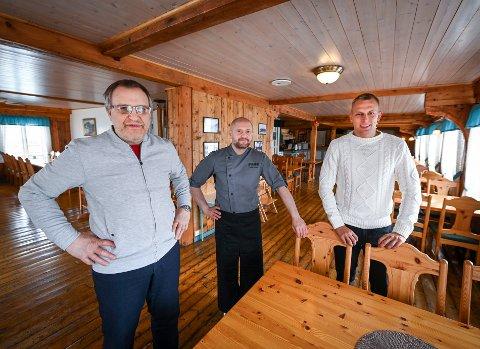 Magnus Johansen (fv) driver Oscarbrygga. Koronakrisen har ikke satt en stopper for at Tomas Jakstas fra Litauen og svenske Eric Malmgren skal komme til Tonnes for å jobbe.
