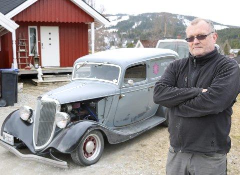 VETERANBIL: Leon Enge har bygd sin egen veteranbil. Bilen har deler fra hele verden, og inneholder opp til ni forskjellige bilmerker. Foto: Marita skoglund