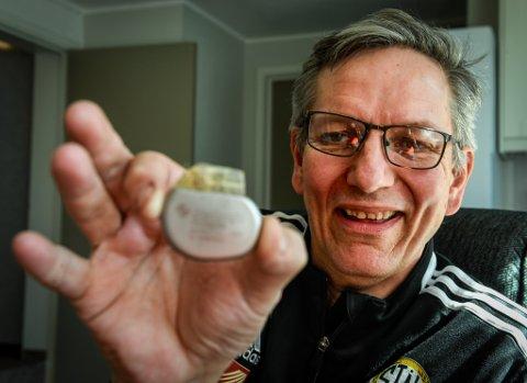 – Dette er den forrige pacemakeren min, forteller Eirik Guttormsen når han leter den fram fra skuffa. 51-åringen er tydelig på at den var en bedre strømleverandør til hjertet hans, enn den som får hjertet hans til å banke nå.