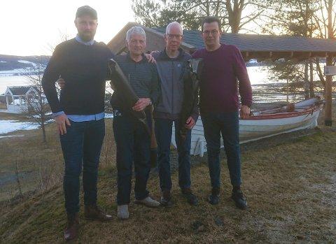 HEDRET: Moelv og Omegn Jeger og Fiskerforening hedret fredag to av sine veteraner. Fra venstre: Egil Sjørengen (fiskeutvalgets leder), Rolf Væstad, Arne Willy Strandbakke og Robert Larsen (leder i foreningen).