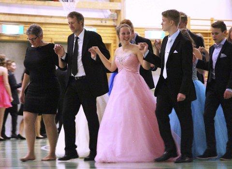 Dansene ble innledet med polonese. I årets dans gikk Syver Ødegård (t.h.) og Silje Kind med to lærere.