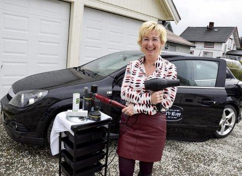 Anda van Rooijen har startet firmaet «Arti klipp». I egen bil kjører hun rundt og klipper håret til kundene der de bor. Foto: Elin Harstad Iversen