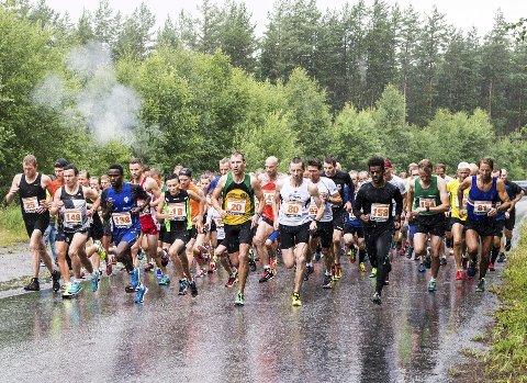 Hytteplantesten samler vanligvis over 200 løpere. I fjor fullførte 152, noen lot seg nok skremme av et vanvittig regnvær.