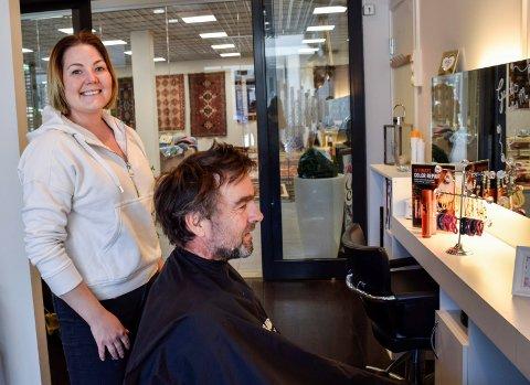 FLYTTER: Hergot Marcel Storsveen flytter Signatur frisør ut av Sentrumskvartalet. Men Tore Heien og andre skal fortsatt få en stuss hos henne, i nye sentrumslokaler.