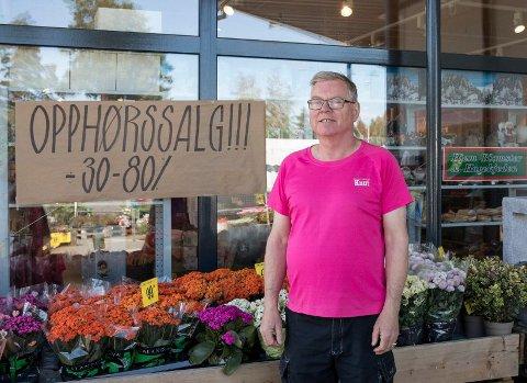 STENGER: Knut Henriksen håper fremdeles at de slipper å legge ned butikken, men at de kan finne egnede lokaler sentralt i Hønefoss. - Jeg har måtte si opp og permittert ansatte, sier Knut.