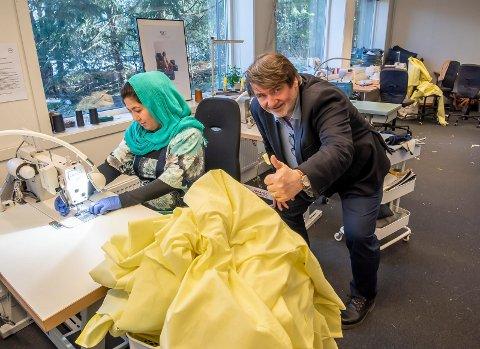 SIKRET: Menova har sikret leveranser av smittevernfrakker til sykehjemmene.   På bildet er daglig leder Magne Enger og syersken  Zainab Mohsini.