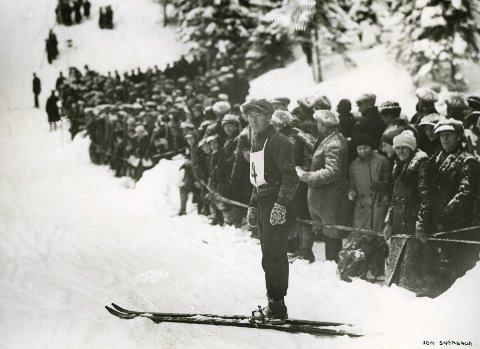 SKI: «Snerten»:  John Snersrud  (1902–1986) fikk sitt gjennombrudd i Holmenkollen i 1922, da han ble nr. 7 i yngste klasse.  Og siden gikk det slag i slag. Han deltok i vinterlekene i St. Moritz i 1928 og fikk bronsemedalje i kombinert renn.   (foto lånt av Skimuseet i Oslo )