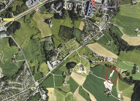 HALL HER: Stensrud islandshestesenter ligger i Stensrudveien  en snau kilometer fra Ahus (øverst t.h. i bildet). Foto/Ill.: Google/RB