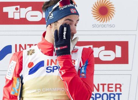 Tårevått: Hans Christer Holund måtte tørke tårer da han sto på seierspallen etter femmilstriumfen i VM. Foto: NTB scanpix