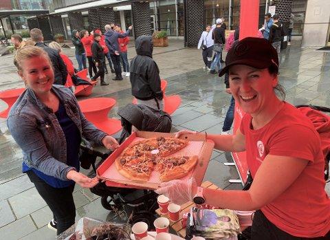 SISTE INNSPURT: Tonje Brenna var med og serverte pizza på Ullensaker Arbeiderpartis stand siste helg før valget. Under Romerikes Blad besøk var blant andre Tonjes søster Frida innom.