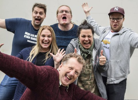 Så fornøyd er de med de syngende servitørene: Bak fra venstre: André Klausen, Mari Kjølstad, Heljar Berge, Dorina Maria Eldøy Iversen og Petter Vermeli. Foran regissør Øyvind Angeltveit.