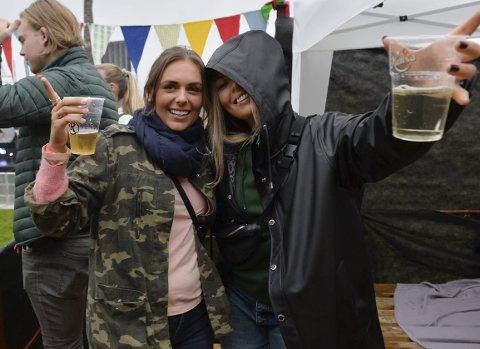 LÆTTIS:  f.v.: Bethina Johannessen og Ida Bertelsen forteller at festivalen er bare så «lættis», den er også «verst» og ikke noe «pes»?