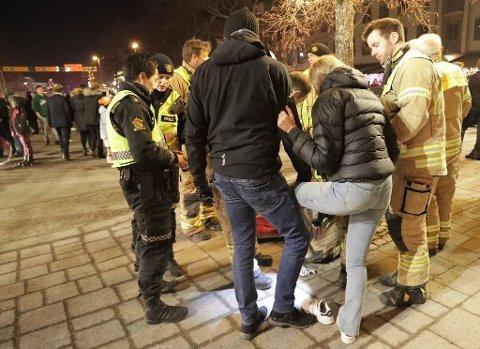 FIKK HJELP: Her hjelper brannvesenet jenta med å smøre en avkjølende krem på såret.