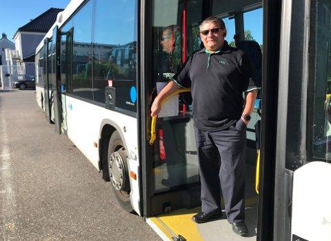 BEKYMRET: Bussjåfør Alfonso Valdes  liker ikke at inngangen foran i bussen åpnes. Han mener smitterisikoen øker.