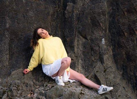 TRIVES I FJOR´N: Anna Tarakhchyan (30) forelsket seg i Sandefjord da hun kom hit for første gang i 2016. Ja, såpass mye at hun valgte å bosette seg i kystbyen i 2018. – Nå har jeg bodd i Sandefjord i tre år, og jeg trives kjempegodt, sier hun.