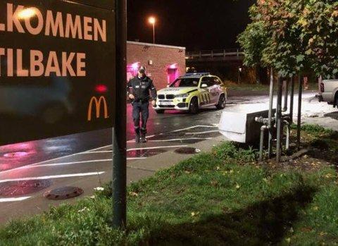 Betjeningen ved McDonads-restauranten på Alvim ble utsatt for et knivran begått av en maskert mann torsdag kveld. To personer er pågrepet etter ranet.