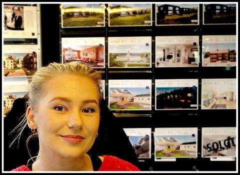 BOLIGSALG: Malin Joneid Ellefsen er mest kjent for sine sangferdigheter, men hun er også økonomiutdannet og jobber nå som meglerkoordinator ved Eie Eiendomsmegling Sarpsborg.