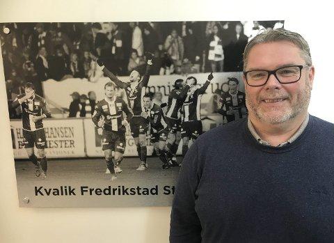 GODE MINNER: Inngangen til  klubblokalene på Sarpsborg stadion er preget av bilder. Ett av dem er fra Fredrikstad stadion i 2009. – Gode minner, smiler Roar Johansen.
