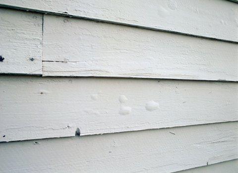 Har du oppdaget små, pølseformede blærer på fasaden etter at du malte i solsteiken i sommer? Det er mest sannsynlig solblærer. Dem må du skrape vekk, og aller helst male hele bordet eller veggen.