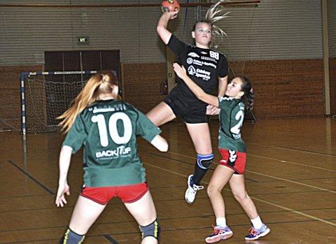 HØYT OPPE: - Topp miljø, sier Skiptvet-jenta Liv Nora Frorud som her scorer med et høyt froskeskudd.