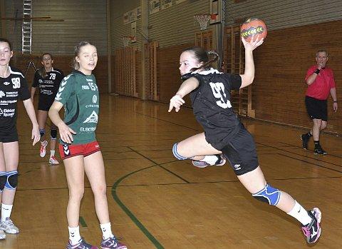STOR VILJE: Ikke vanskelig å se scoringsviljen til Emilie Aas Lystad på hele Indre Østfolds samarbeidslag for jenter 16 år.