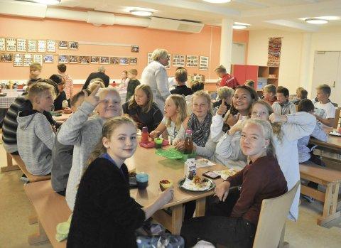 Stor suksess: Elevene på 6. trinn var godt fornøyde med historiens første varme lunsj i kantina.