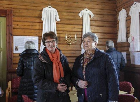 – FLOTT UTSTILLING: Marit Skjeppe og Marit Haugerud syns det var en flott utstilling med mange fine dåpskjoler.