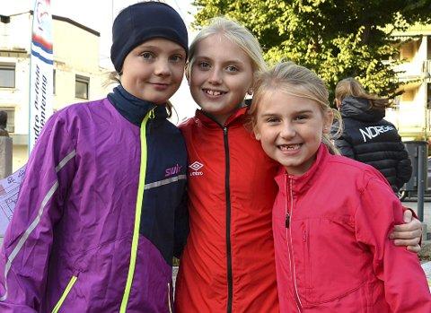 VAR SPENTE: Venninnene Mina Bjøntegaard Karlsrud (f.v.) og Nora Fremstad (begge 10), samt Noras lillesøster Marte Julie Fremstad (8) gledet seg til miniorienteringen midt i Mysen sentrum.