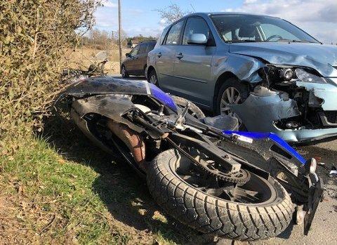 Politiet melder at mopedføreren er sendt til Kalnes etter at han klaget på smerter i beinet. Han skal ikke være alvorlig skadet.