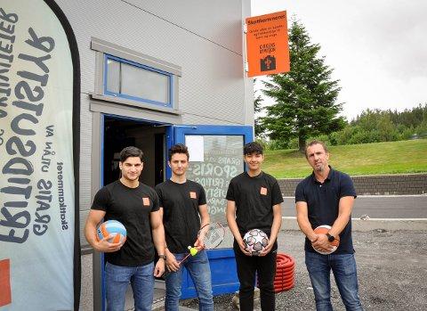 ARRANGERER SOMMERAKTIVTETER: (f.v.) Sako Harotian (21), Steven Losoa (18) Amin Jan (15) er klare for å arrangere lek og moro hele sommeren. Amir Meracovich hjelper ungdommene planlegge og drifter Skattkammeret.