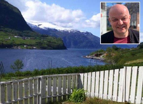 SAKN: - Eg skulle verkeleg gjerne ha sete og kosa meg med denne utsikta no, seier Hilmar Høl. Årdalsordføraren har fritidsbustaden sin på Nornes i nabokommunen Sogndal.